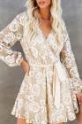 فستان قصير من الدانتيل الكروشيه ملفوف برقبة على شكل حرف V وحزام