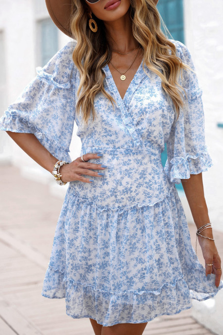 Vestido azul cielo con cordones en la espalda y volantes con estampado floral