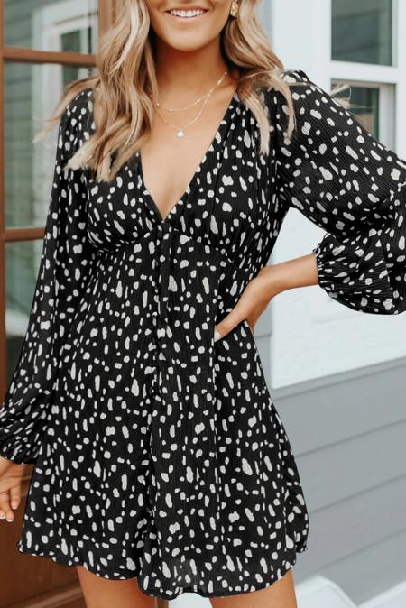 Черное мини-платье с V-образным вырезом в горошек