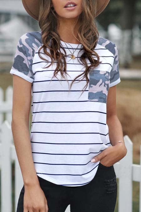 Camiseta de rayas con parche de camuflaje y bolsillo