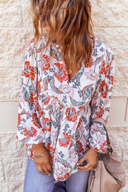 Красная блузка в стиле пэчворк с разрезом и круглыми рукавами с цветочным принтом